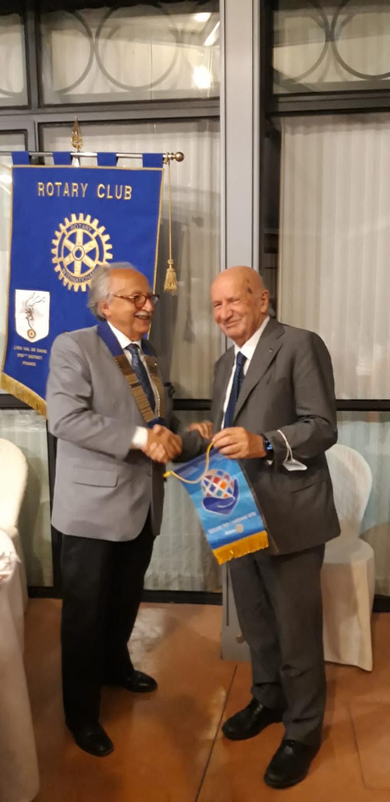 Il rag. Gallo premiato dal Rotary